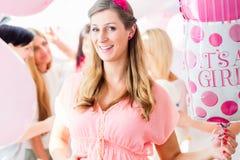 Femme enceinte sur la partie de fête de naissance Photographie stock