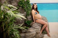 Femme enceinte sur la plage photographie stock