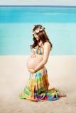 Femme enceinte sur la plage photo libre de droits