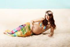 Femme enceinte sur la plage photos libres de droits