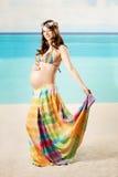 Femme enceinte sur la plage images libres de droits