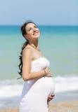 Femme enceinte sur la plage Photo stock