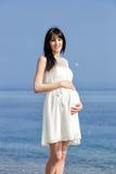 Femme enceinte sur le bord de mer Photo libre de droits
