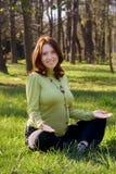 Femme enceinte sur une herbe en stationnement Photos libres de droits