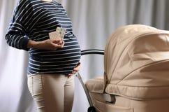 Femme enceinte tenant des pilules Ventre enceinte D'avance Photographie stock libre de droits