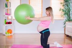 Femme enceinte tenant la boule d'exercice Image stock