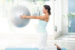 Femme enceinte tenant la boule d'exercice Photos libres de droits
