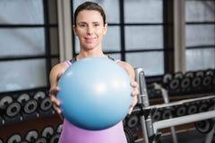 Femme enceinte tenant la boule d'exercice Photos stock