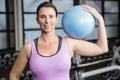 Femme enceinte tenant la boule d'exercice Photo stock