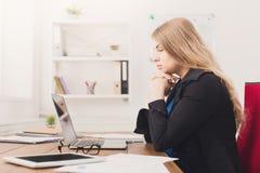 Femme enceinte travaillant sur l'ordinateur portable au bureau Image libre de droits