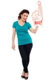 Femme encourageant avec la main hurray de mousse de grand boo photo stock