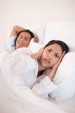 Femme ennuyé par l'ami de ronflement Image stock