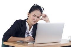 Femme ennuyée d'affaires travaillant sur l'ordinateur portable regardant très ennuyeux le Th Photographie stock libre de droits