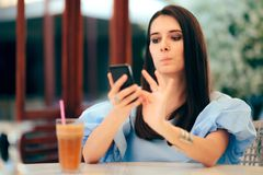 Femme ennuyée frappant à toute volée des profils d'hommes sur dater le site Web d'appli photos stock