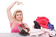 Femme ennuyée indiquant aux vêtements le fer images libres de droits