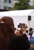 Femme enregistrant un événement photo stock