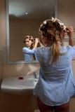 Femme enroulant son cheveu photographie stock