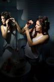 Femme enroulant son cheveu photographie stock libre de droits