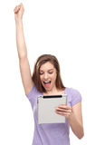 Femme enthousiaste avec le comprimé numérique Photos stock