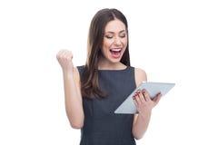 Femme enthousiaste avec le comprimé numérique Photos libres de droits