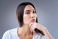 Femme enthousiaste curieuse écoutant attentivement son ami Image libre de droits
