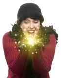 Femme enthousiaste dans des prises de vêtements d'hiver quelque chose miroitant en Han Images libres de droits