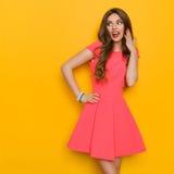 Femme enthousiaste dans la robe rose images libres de droits