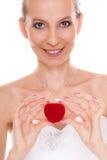 Femme enthousiaste de jeune mariée montrant la boîte de bague de fiançailles Photo libre de droits