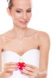 Femme enthousiaste de jeune mariée montrant la boîte de bague de fiançailles Photographie stock