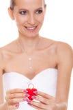 Femme enthousiaste de jeune mariée montrant la boîte de bague de fiançailles Image stock