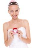 Femme enthousiaste de jeune mariée montrant la boîte de bague de fiançailles Images stock