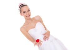 Femme enthousiaste de jeune mariée montrant la boîte de bague de fiançailles Photographie stock libre de droits