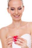 Femme enthousiaste de jeune mariée montrant la boîte de bague de fiançailles Image libre de droits