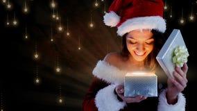 Femme enthousiaste de Santa ouvrant le boîte-cadeau magique de Noël avec des flocons de neige illustration de vecteur