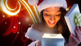 Femme enthousiaste de Santa ouvrant le boîte-cadeau magique de Noël avec les modèles rougeoyants illustration de vecteur