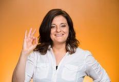 Femme enthousiaste donnant le signe CORRECT Image stock