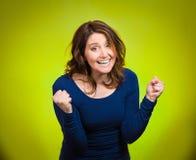 Femme enthousiaste heureuse célébrant étant gagnant Photos stock