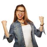 Femme enthousiaste heureuse célébrant son succès Images stock