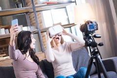 Femme enthousiaste heureuse essayant sur les verres 3d Image libre de droits