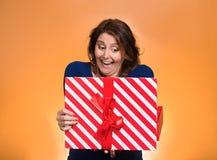 Femme enthousiaste heureuse ouvrant le boîte-cadeau rouge Photo libre de droits