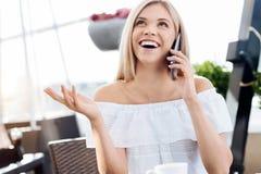 Femme enthousiaste heureuse parlant au téléphone Image libre de droits