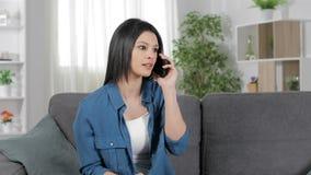 Femme enthousiaste invitant le téléphone célébrant le succès clips vidéos