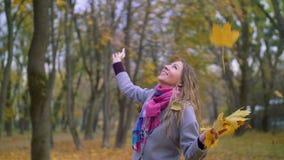Femme enthousiaste jetant le feuillage en l'air jaune d'automne  clips vidéos
