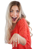 Femme enthousiaste montrant sa bague de fiançailles image stock