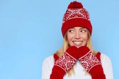 Femme enthousiaste regardant en longueur dans l'excitation Fille étonnée de Noël utilisant le chapeau tricoté et les mitaines cha photo libre de droits
