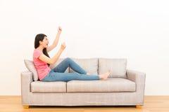 Femme enthousiaste regardant le fond blanc photos libres de droits