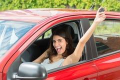 Femme enthousiaste s'asseyant à l'intérieur de la voiture photos libres de droits