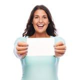 Femme enthousiaste tenant la carte cadeaux Photographie stock libre de droits