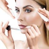 Femme entourée par des dispositifs de cosmétiques Photos libres de droits