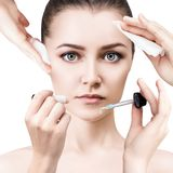 Femme entourée par des dispositifs de cosmétiques Image stock